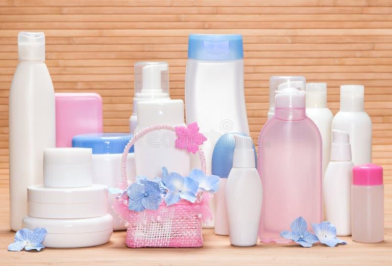 Grande insieme dei prodotti cosmetici per skincare immagine stock