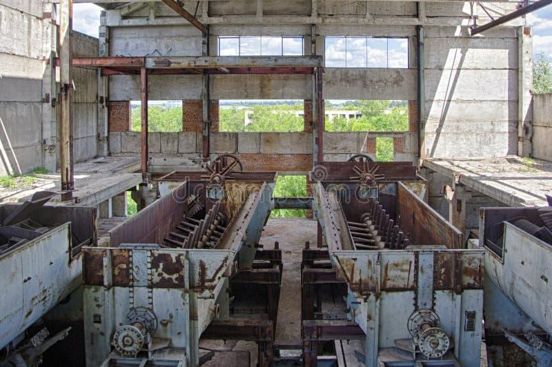 Grande interior abandonado da construção industrial Refinaria de açúcar arruinada com o resto oxidado do equipamento imagens de stock