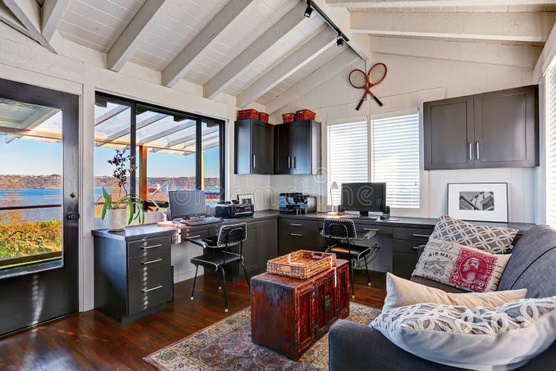 Grande interior brilhante clássico do escritório domiciliário com moderno e o antiqu imagens de stock
