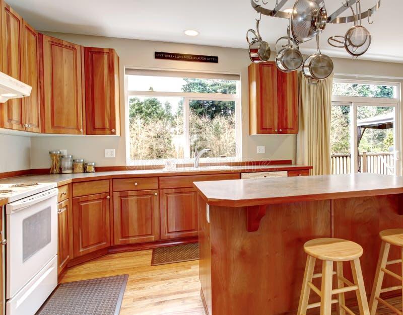 Download Grande Interior De Madeira Clássico Da Cozinha Com Assoalho De Folhosa. Foto de Stock - Imagem de real, liso: 29838568