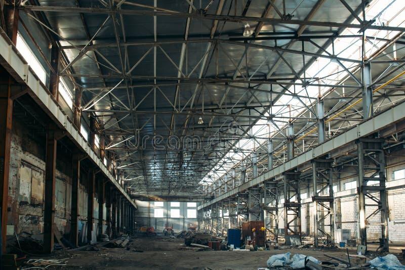 Grande interior industrial vazio do hangar ou do armazém de armazenamento imagem de stock