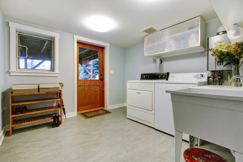 Grande interiore blu della stanza di lavanderia con il dispersore. fotografia stock