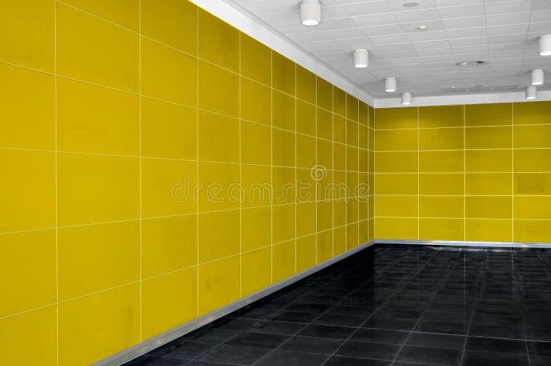 Grande interno vuoto della stanza con la parete gialla luminosa, soffitto a del whire fotografia stock