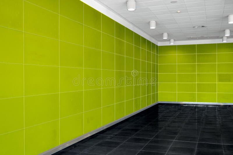 Grande interno vuoto della stanza con la parete verde intenso, soffitto del whire fotografie stock