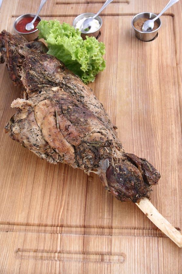 Grande jambe d'agneau cuite au four délicieuse photos libres de droits