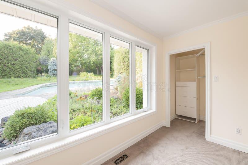 Grande janela no quarto fotografia de stock