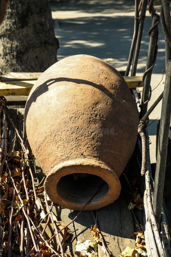Grande jarro feito da argila fotos de stock royalty free