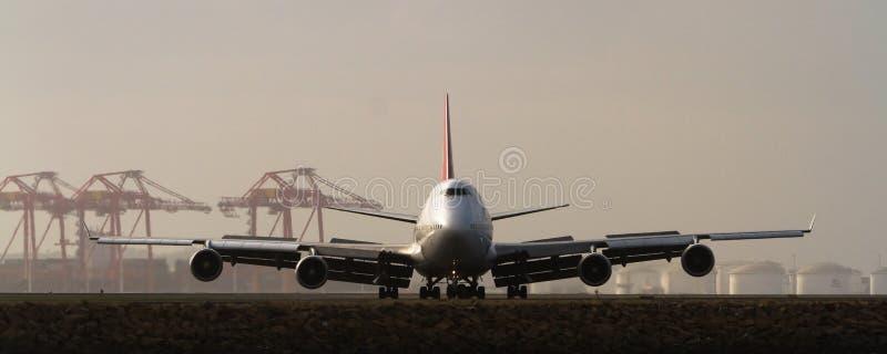 Grande 747 jumbo - jato na pista de decolagem fotos de stock