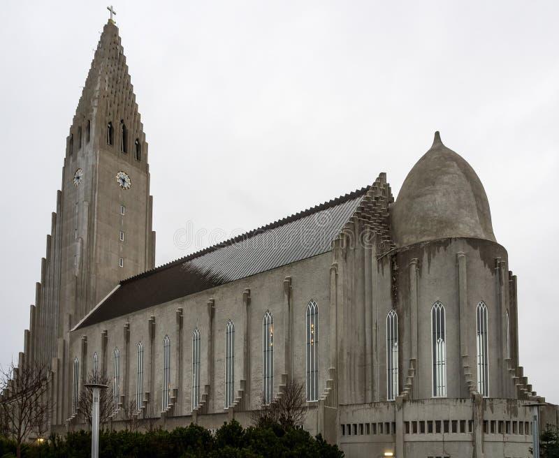 Grande la chiesa famosa e bella Hallgrimskirkja a Reykjavik, Islanda fotografia stock libera da diritti