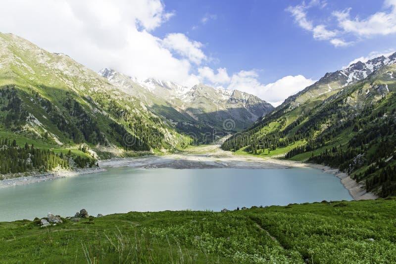 Grande lago scenico spettacolare almaty, Tien Shan Mountains a Almaty, il Kazakistan, Asia immagini stock