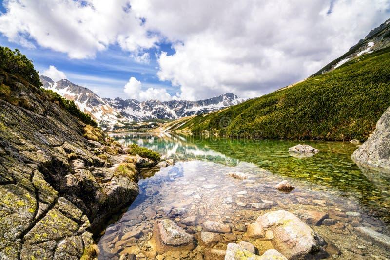 A grande lagoa nas montanhas polonesas foto de stock