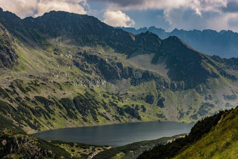 Grande lagoa polonesa em montanhas de Tatra imagem de stock