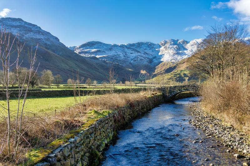 Grande Langdale Beck With Crinkle Crags na distância foto de stock royalty free