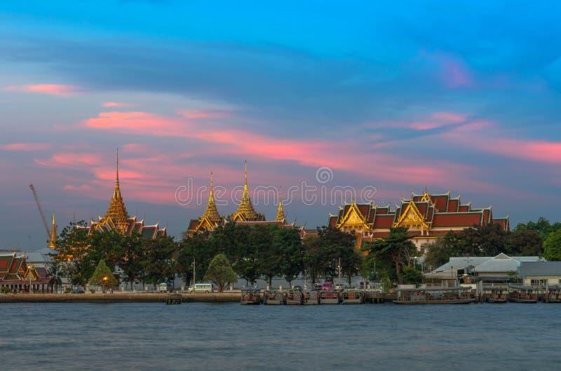 Grande lato del fiume del palazzo a tempo di sera immagine stock
