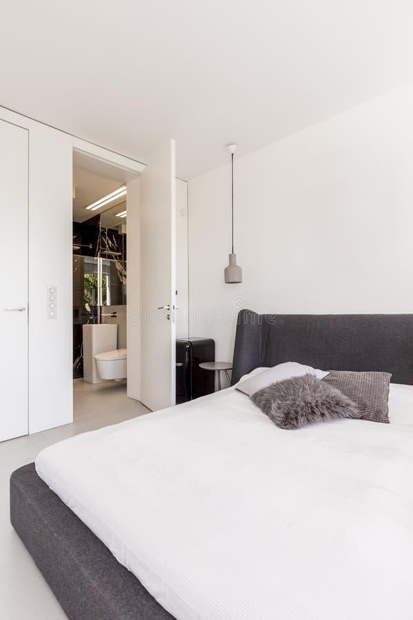 Grande letto nella camera da letto minimalista di scandi fotografia stock immagine di nero - Camera da letto grande ...