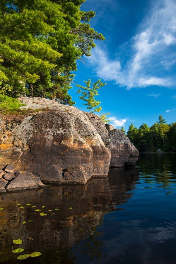 Grande linha costeira da rocha no verão fotografia de stock royalty free