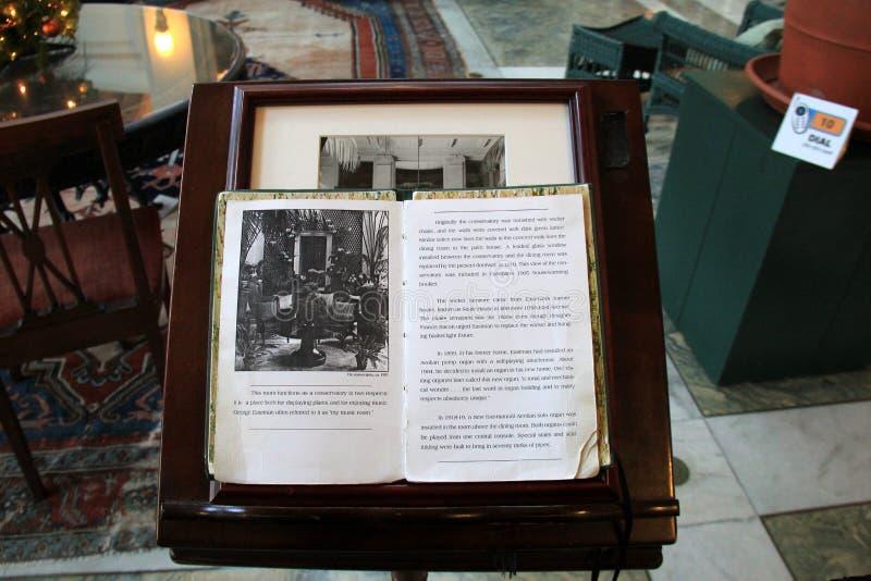 Grande livro aberto às páginas de que sala usada para olhar como comparado a hoje, George Eastman Museum, Rochester, New York, 20 fotos de stock