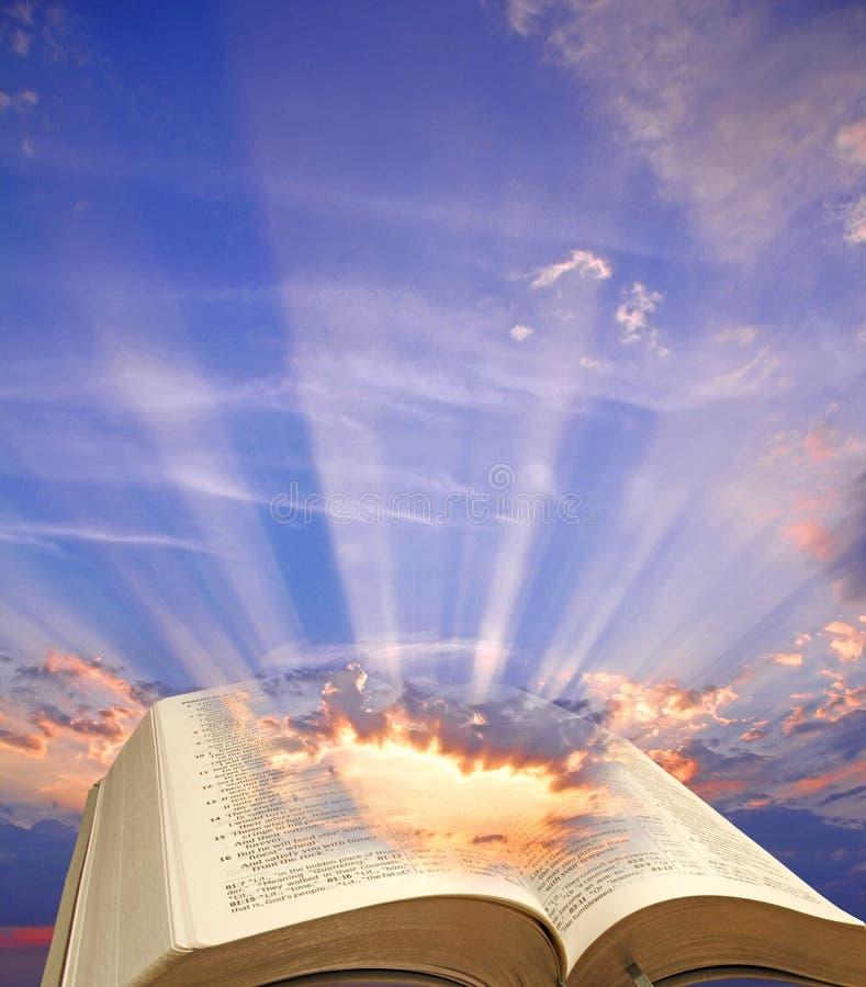 Grande lumière de chant religieux de bible de ciel photographie stock