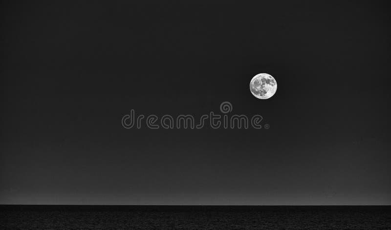 Grande luna in uno skyover blu il mare nel parco naturale nel Las Palmas Spagna di Corralejo Fuerteventura fotografia stock