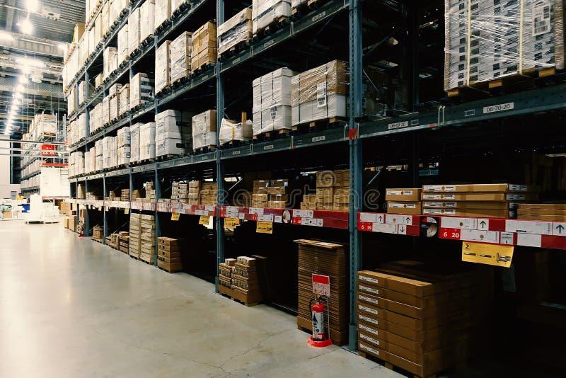 Grande magazzino con le file degli scaffali e delle scatole delle merci immagini stock libere da diritti
