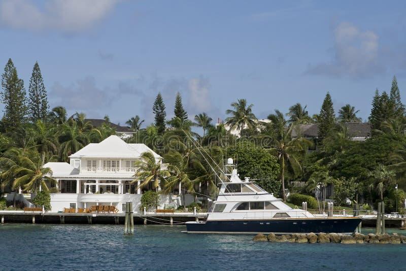 Grande maison blanche avec le bateau dans les tropiques photographie stock libre de droits