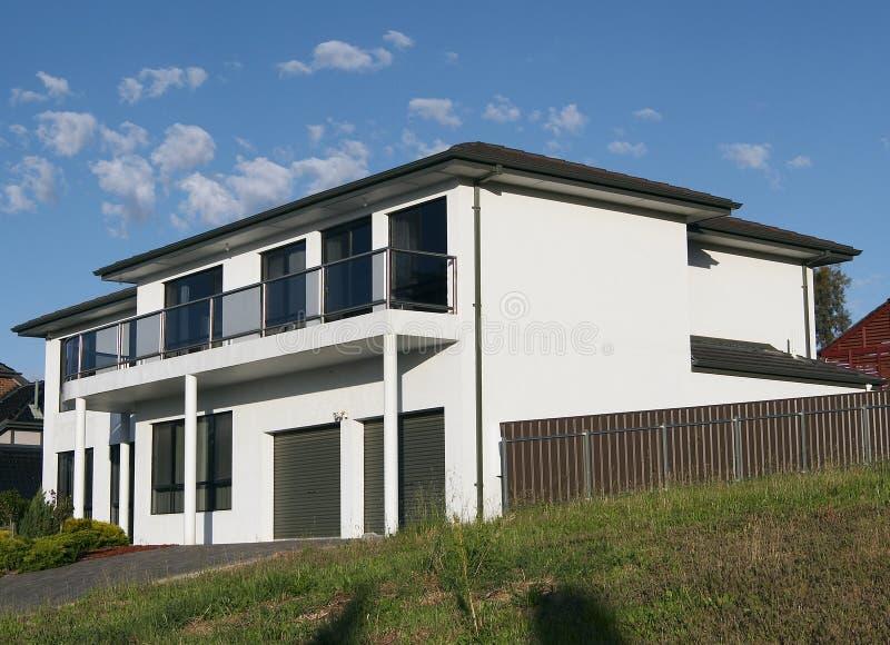 Grande maison d'étage du blanc 2 photos libres de droits