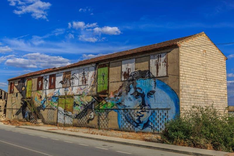 Grande maison de dessiccateur de tabac avec le graffiti sur les murs, d'une villa photo libre de droits