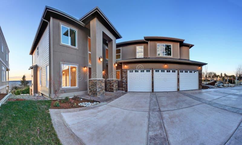 Grande maison de luxe avec le haut porche de colonne photo for Maison avec porche