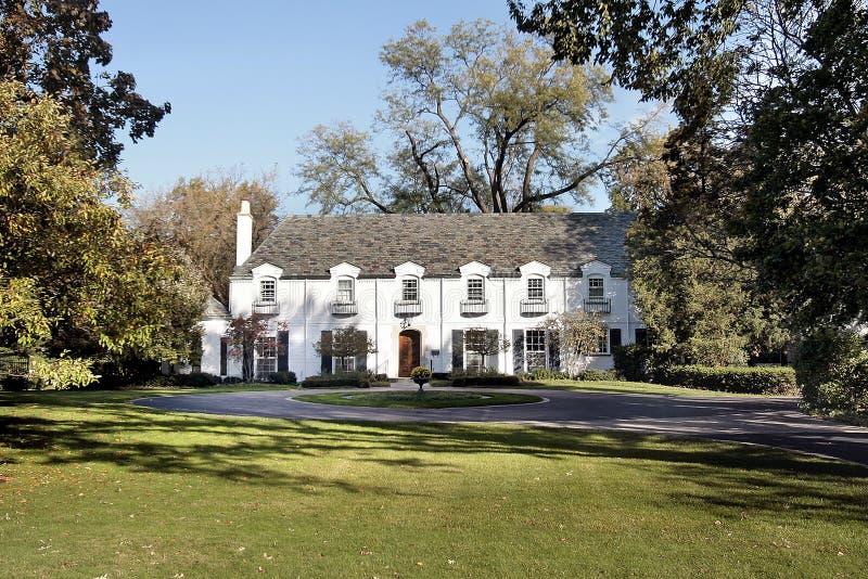 Grande maison de luxe blanche photos stock
