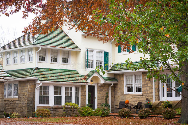 Grande maison en automne photos stock
