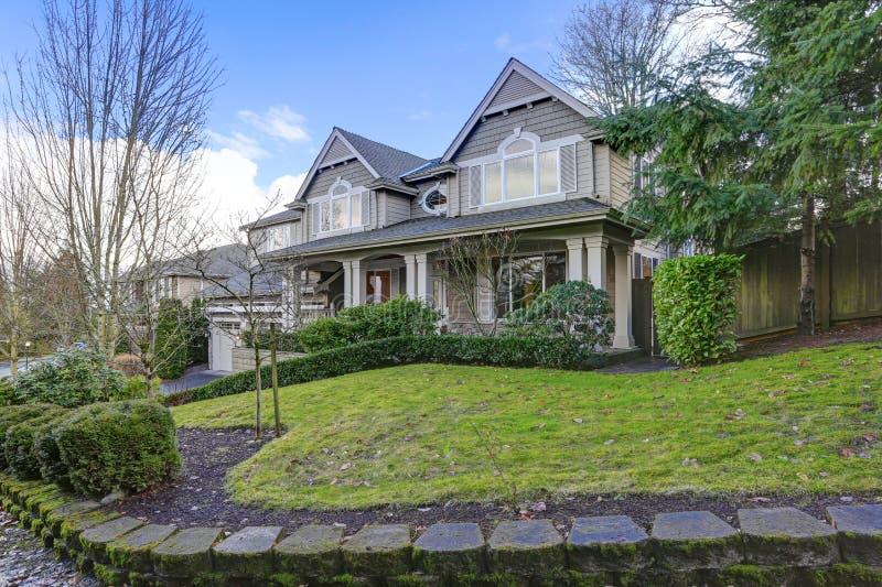 Grande maison magnifique d'artisan avec l'extérieur gris en bois images stock