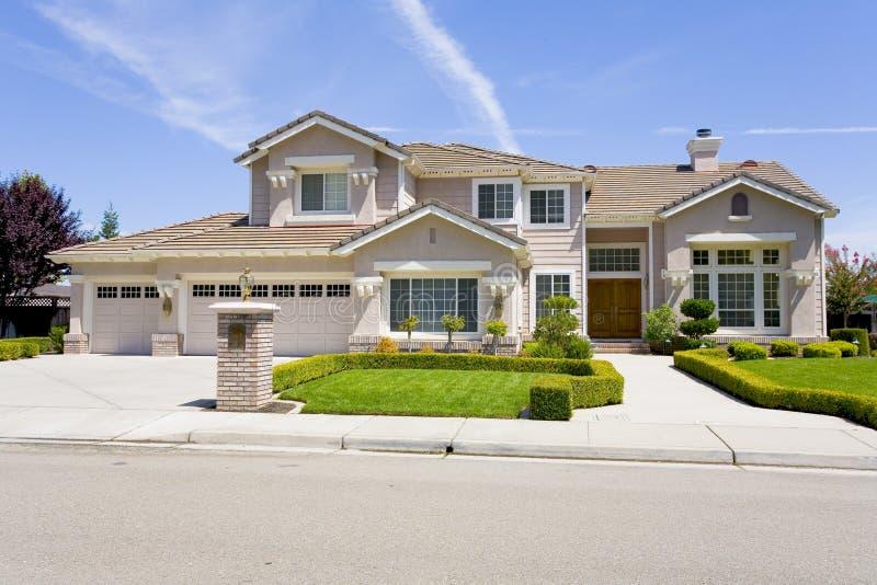 Grande maison suburbaine luxueuse pour le directeur avec un famille photos libres de droits