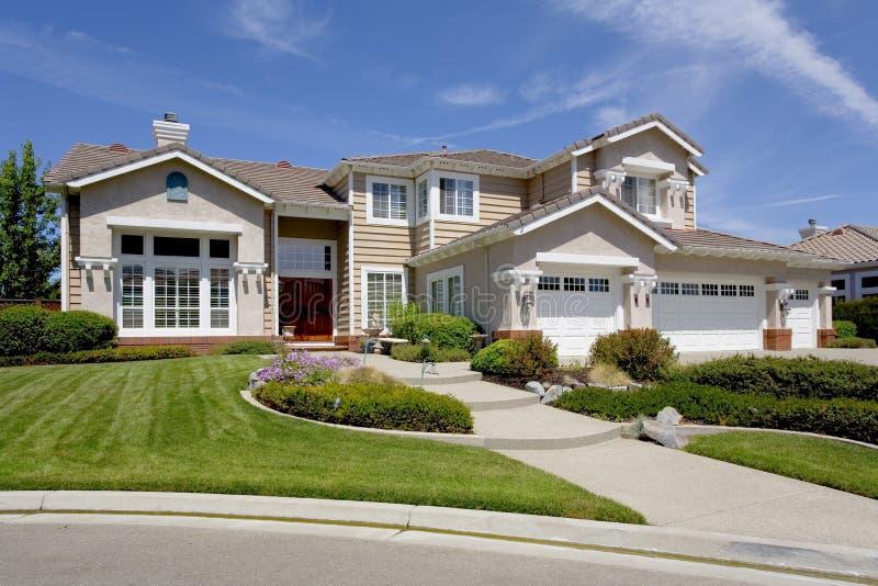 Grande maison suburbaine luxueuse pour le directeur avec un famille photographie stock