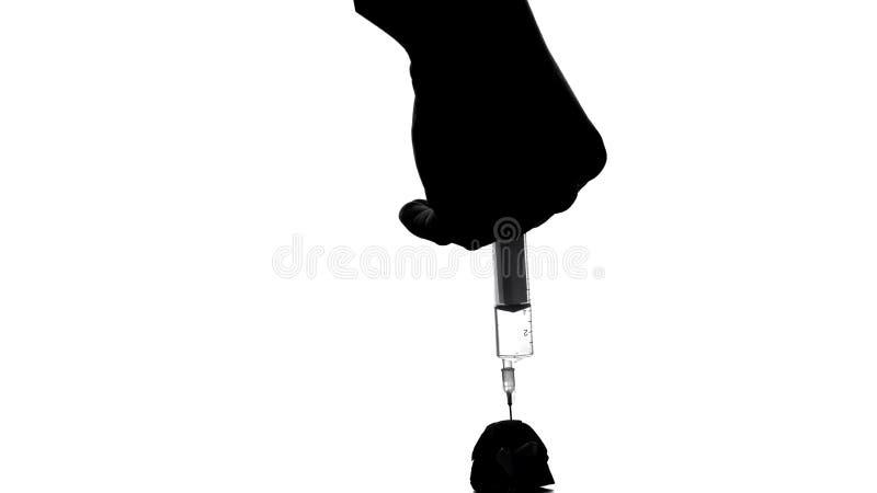 Grande mano che inietta cocaina alla piccola persona di uccisione delle droghe dell'uomo, dipendenza nociva immagine stock