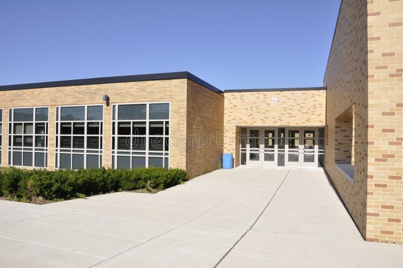Grande marciapiede dall'edificio scolastico immagine stock