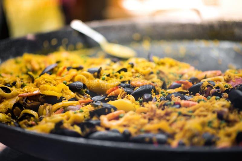 Grande marmite de paella fraîchement cuite photographie stock libre de droits