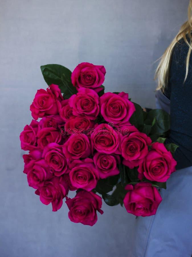 Grande mazzo di belle rose rosse in mani della donna fotografia stock libera da diritti