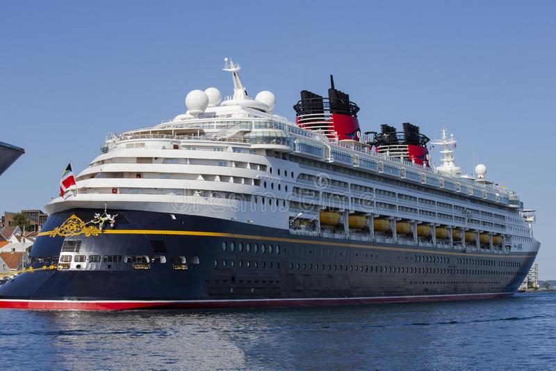 Grande meraviglia di lusso di Disney della nave da crociera sul mare, settembre 2018 Norvegia Kristiansand immagini stock libere da diritti