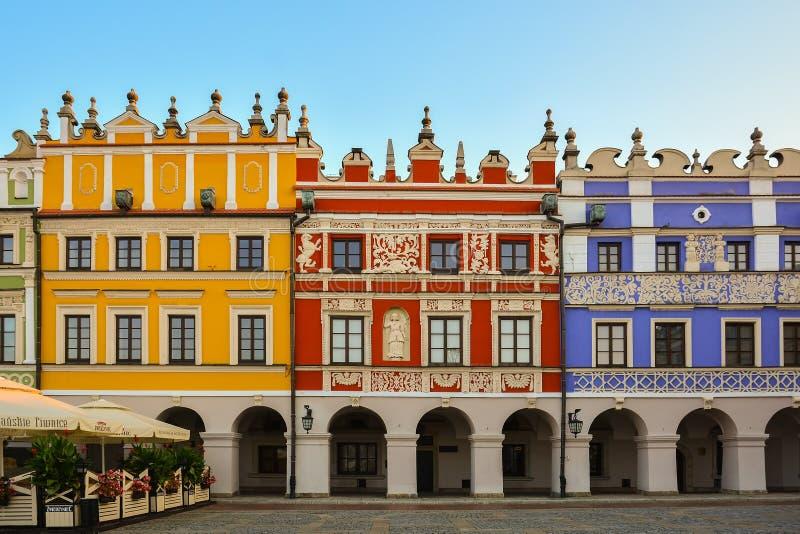 Grande mercado, Zamosc, Polônia - setembro, 21, 2018: Fachadas coloridos de construções históricas no grande mercado dentro fotos de stock royalty free