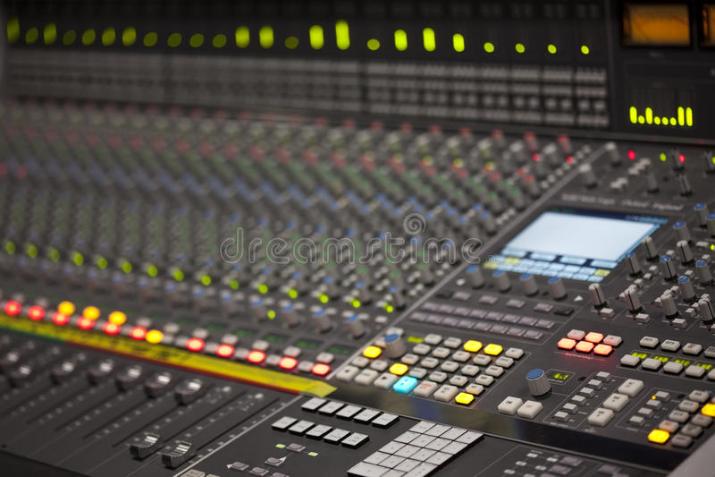 Grande mesa do misturador da música no estúdio de gravação foto de stock