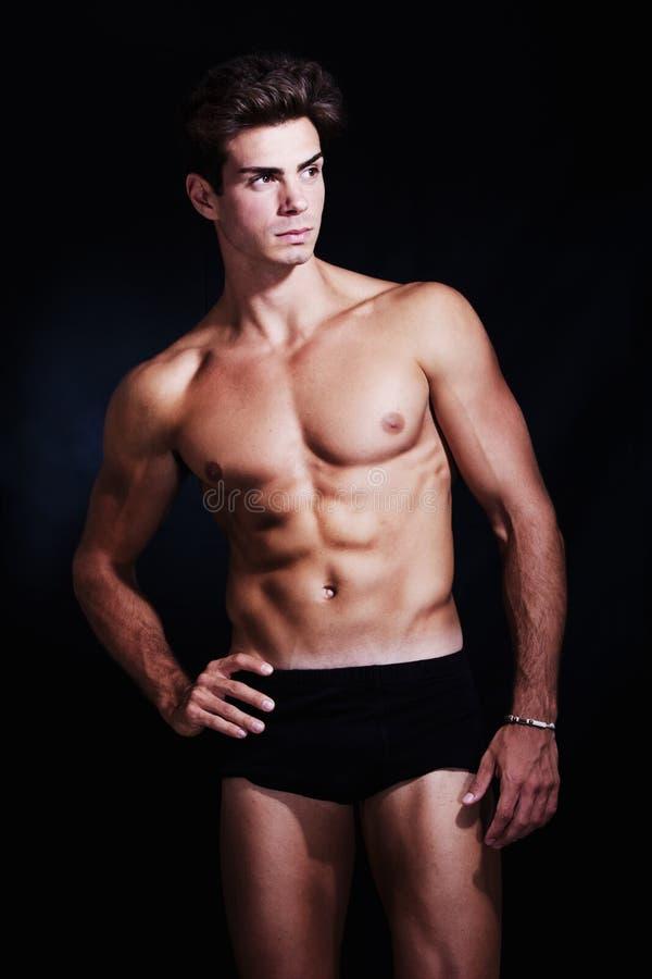 Grande, modelo muscular do homem novo no roupa interior fotografia de stock