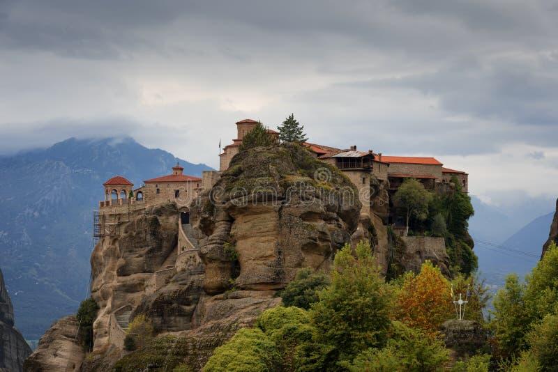 Grande monastero di Meteoron Bella vista scenica, costruzione greca tradizionale antica sulla cima della colonna di pietra enorme fotografia stock