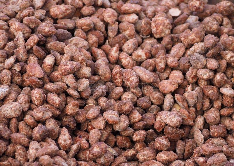 Grande montão de amêndoas roasted cristalizadas Fundo e textura do alimento fotos de stock royalty free