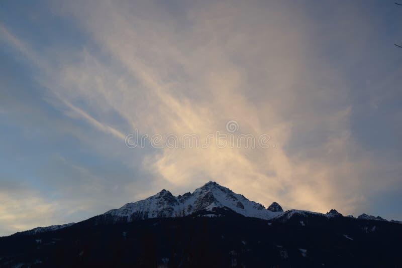 Grande montanha no fundo fotos de stock