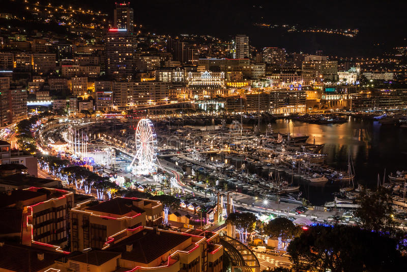 Grande Monte Carlo Skyline in Riviera francese alla notte immagine stock
