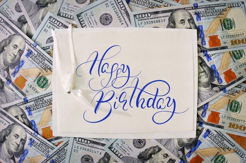 Grande mucchio di soldi impili gli ambiti di provenienza americani dei dollari con il buon compleanno del testo Iscrizione di cal fotografie stock