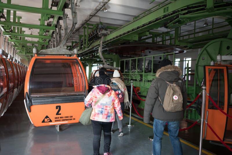 Grande muraglia della stazione della cabina di funivia di mutianyu della porcellana, retro-vista d'imbarco degli amici di tempo immagine stock