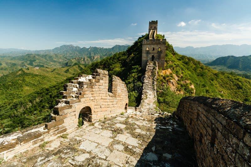 Grande Muraille d'avant-poste à distance et de ruines de la Chine dans la campagne verte photos stock