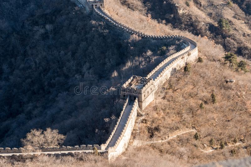 Grande Muralha de China - marrons do inverno do dia, olhando abaixo da parede serpenteando fotos de stock