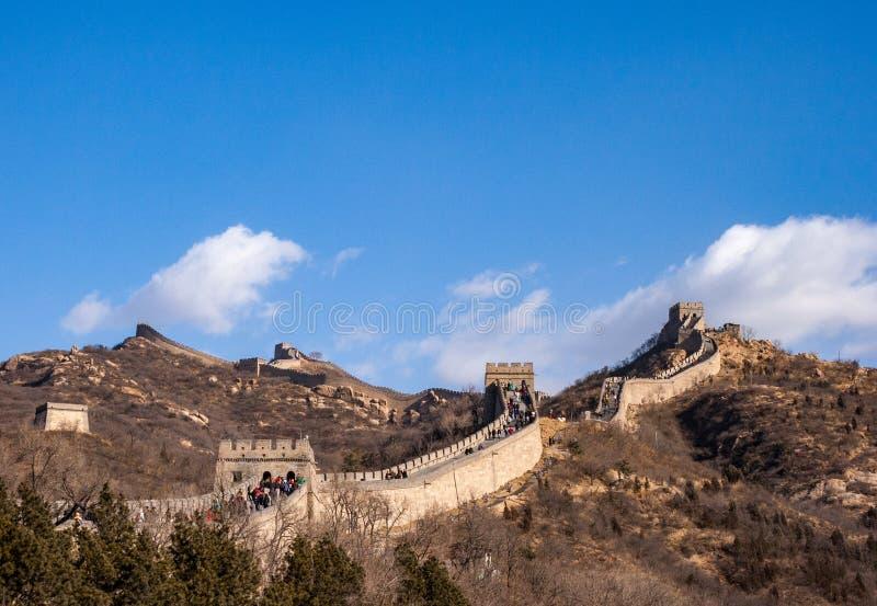 Grande Muralha de China: seção com as torres que enrolam através de um cume da montanha no inverno sob um céu azul fotos de stock royalty free